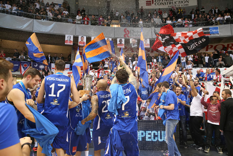 Fraport Skyliners celebrate their FIBA Europe Cup title with their fans